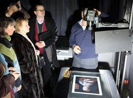 Alinari specialistai demonstruoja skenavimo įrenginius. Sam Minelli nuotr.