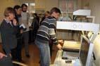Seminaro dalyviams LM ISC LIMIS skaitmenintojas A. Mazalas demonstruoja, kaip veikia knygų skeneris. R. Strolytės nuotr.