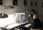 Vytauto Didžiojo karo muziejaus muziejininkė A. Navickienė praktiniame užsiėmime dirbo su knygų skeneriu. D. Sirgedaitės nuotr.
