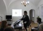 I. Aleliūnaitė supažindina su įvairių tipų eksponatų skenavimu A3 skeneriu bei vaizdų tvarkymo programomis. D. Sirgedaitės nuotr.