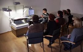 Muziejininkai supažindinami su knygų skeneriu, kuriuo galima skenuoti periodinius leidinius, knygas, rankraštinius dokumentus. A. Valužio nuotr.