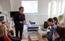 I. Aleliūnaitė demonstruoja skenerio priedus, reikalingus skaidrių ir negatyvų skenavimui. A. Valužio nuotr.