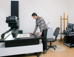 Providing high quality digital images of painting and textile works, the one and only CRUSE scanner in Lithuania is being used by photographer and digitising specialist V. Aukštaitis. © D. Mukienė