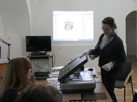 "During the seminar ""The Peculiarities of Scanning Museum Objects"" I. Aleliūnaitė demonstrates how A3 scanner can be used to scan different types of exhibits and presents image editing programs. © D. Sirgedaitė"