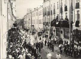 Jonas Hermanavičius (Jan Hermanowicz), Dievo Kūno procesija Dominikonų gatvėje. 1906 m. birželis. Vilnius. Fotografas nežinomas ©Lietuvos dailės muziejus, Fi-101-11