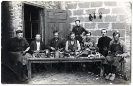 Salantų Balono Šmuilio batų dirbtuvėje. ~1928 m. Salantai. Fotografas nežinomas © Kretingos muziejus, KM-IF 371