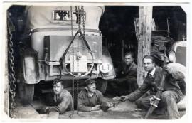 Dirbtuvėse Kretingoje lengvąjį automobilį remontuojantys vyrai ~1930 m. Kretinga. Fotografas nežinomas © Kretingos muziejus, KM-IF 7184