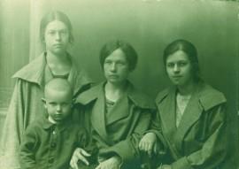 """Marija Šlapelienė su savo vaikais: Gražute (stovi), Laimute ir Skaistučiu. Kitoje nuotraukos pusėje jos ranka užrašyta: """"Pirmą kartą Nepriklausomoj Lietuvoj atsilankius, Kaunas, 1924 m."""" MJSNM IK-F42"""