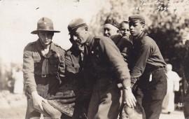 Studentai ir skautai neša prof. Joną Jablonskį Kaune. 1925 m. gegužės 15 diena. Fotografas nežinomas. Nuotrauka saugoma Maironio literatūros muziejuje, MLLM 81677