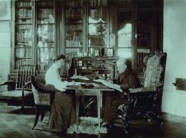 Irena Peplovska užrašo Stanislovo Kazimiero Kosakovskio diktuojamus prisiminimus. 1904 m. rugsėjo 22 diena. Nuotrauka saugoma Nacionaliniame m. k. čiurlionio dailės muziejuje
